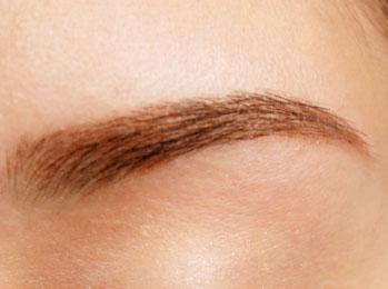 手入れ不要の綺麗な眉毛