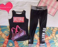 PINKのヨガパンツ、Victoria SPORTのスポーツブラ&タンクトップ